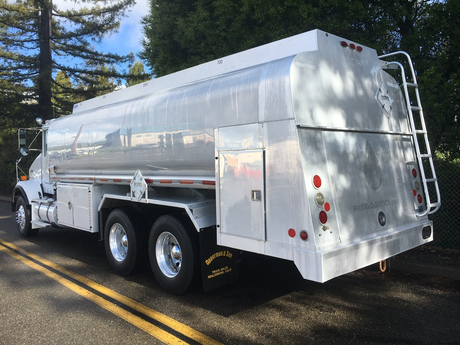 2014 KENWORTH T800 4400 GALLON 3-AXLE FUEL DELIVERY TRUCK
